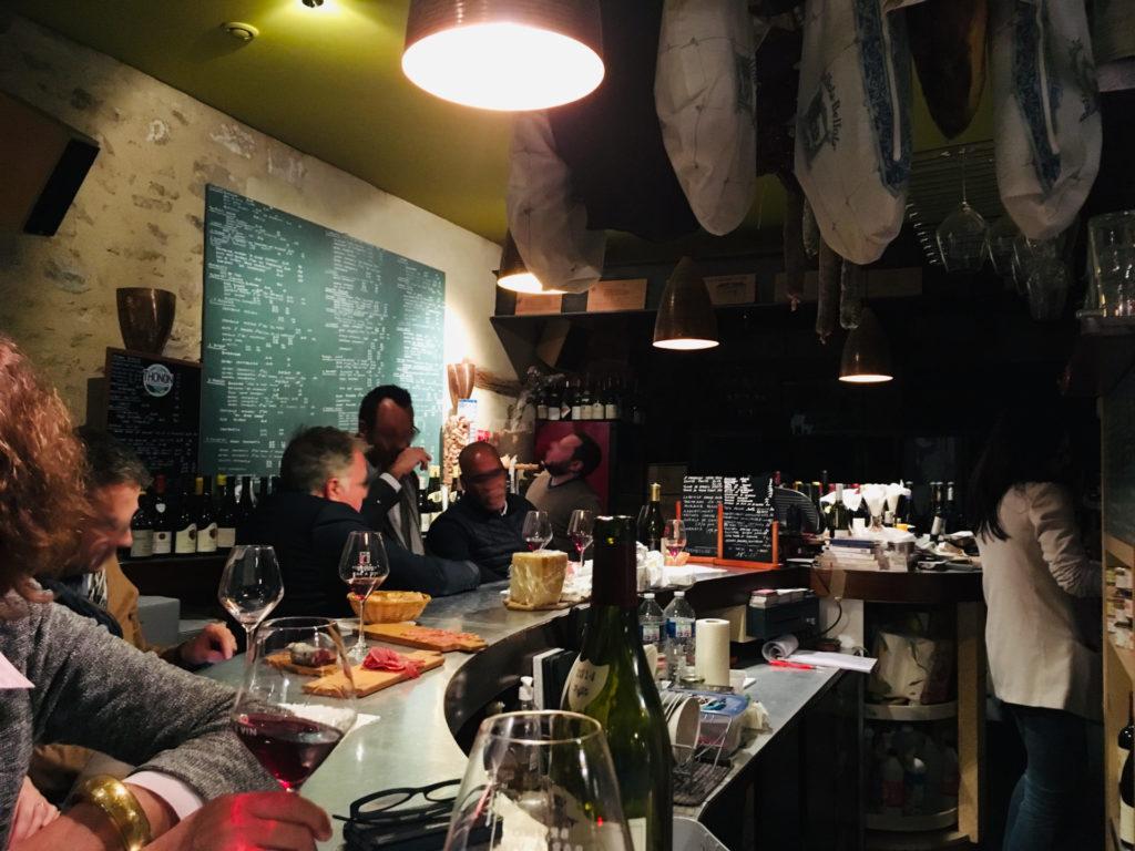 Menschen in einer Weinbar in Frankreich